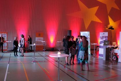 Utställarna på minimässan har börjat ta plats och packa upp sina roll-ups, visitkort och annat.