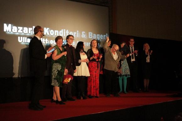Ulla-Britt och Dinos Mazarakis, Mazarin Konditori och Bageri, vann Damernas Företagsbyrås Årets Stora Pris. Med upp på scenen var även personalen. Nordea, en av kvällens huvudsponsorer var prisutdelare tillsammans med Damernas Företagsbyrå.