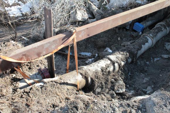 Vattenläckan i Bro i mars 2013 blev långvarig. Svårhittad och svår att laga. UBRO fick många tips från vattenlösa läsare...