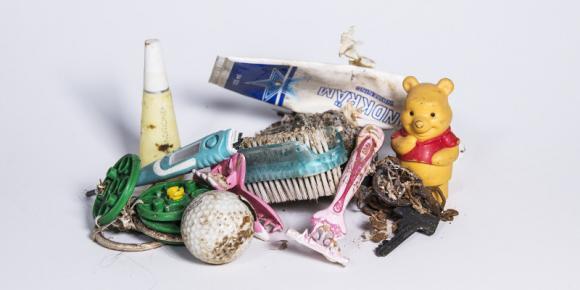 En del tror att våtservetter, näsdukar, hushållspapper, bomullstussar och annat löses upp på vägen till avloppsreningsverket. Men det stämmer inte. Det är bara toalettpapper som är tillverkat för att lösas upp snabbt. Och golfbollar, rakhyvlar, nycklar etc hör definitivt inte hemma i avloppsvattnet...