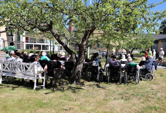 Soligt och fint på Mors Dag! Tur då att det finns träd och parasoll som kan ge skugga på Norrgårdens innergård.