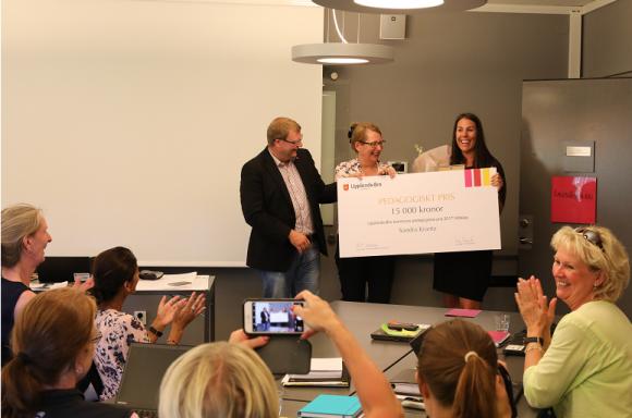 Rolf Nersing och Lisa Edwards från Utbildningsnämnden uppvaktar Sandra Krantz med 2017 års Pedagogiska pris som hon delar med Västra Bro Förskolor.