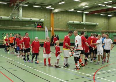 Arkivbild. Avtackning efter All Star-matchen 2014. Härlig spridning på storlek bland spelarna! 2014 bestod SSL-laget bland annat av spelare från AIK och Storvreta.
