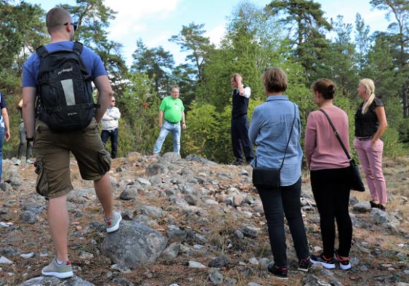 Lars berättar om gravsättningarna som finns vid Rösaring och som härstammar från järnåldern.