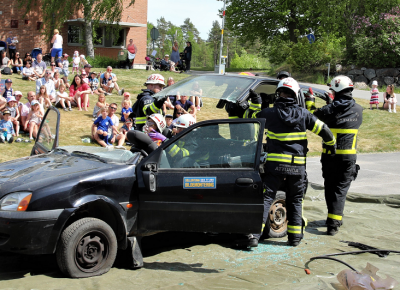 Arkivbild från 2017. Brandmännen visade besökarna hur det går till att klippa ut en person med misstänkt rygg- och nackskada ur en bil.