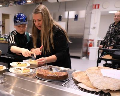 Alexi och Lena fixar fisk-tallrikar med lax, stekt strömming, västerbottenpaj och annat gott.