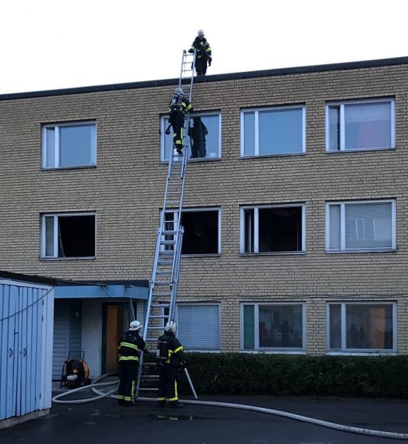 Medan lägenheten vädras ur med hjälp av starka fläktar kontrollerar brandmännen taket så att elden ej spridit sig uppåt i fastigheten.