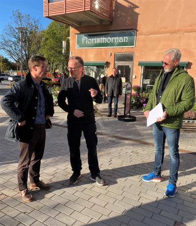 Moderatledaren Ulf Kristersson besökte på torsdagen Bro centrum där han bland annat träffade Icahandlaren Örjan Josefsson och kommunstyrelsens ordförande Fredrik Kjos.