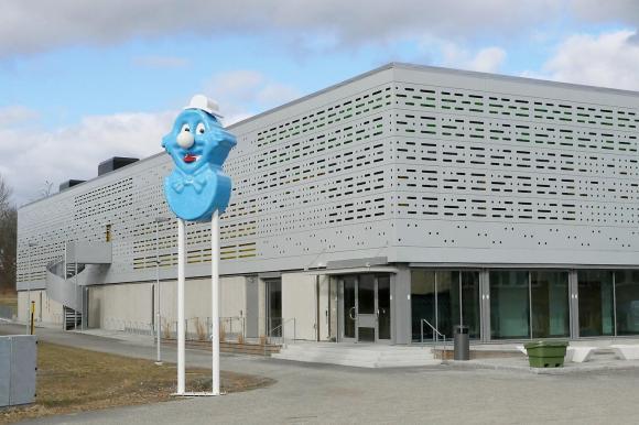Ping Pong restes utanför den nya sporthallen i Kungsängen i december 2020. Nu uppmärksammas verket med ett livesänt samtal om offentlig konst och demokrati. Den 21 mars klockan 15:15 i kommunens youtubekanal.