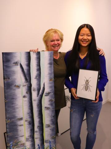 Tina Närefors och Pu Wallin med varsitt karaktäristiskt verk.