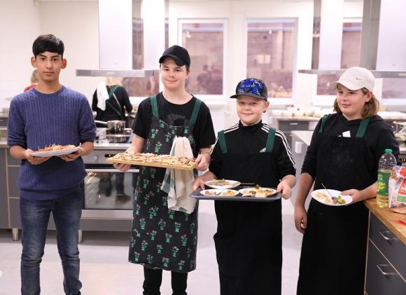 Alex, Linus, Alexi och Elton var på plats i köket klockan sju på morgonen för att hjälpa till med förberedelserna och jobbade sedan intensivt med uppläggning och servering.