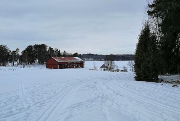 Vid Hällkana i Bro finns det två skidspår i motionsslingan och ett spår ute på Lejondalssjön. På sjön finns även en plogad slinga för skridskoåkare och flanörer. OBS! Beträd isen på egen risk!