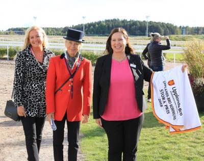 Nina Rönnberg, tf Näringslivschef och Maria Johansson, kommundirektör, flankerar Bro Parks Anna Fischer.