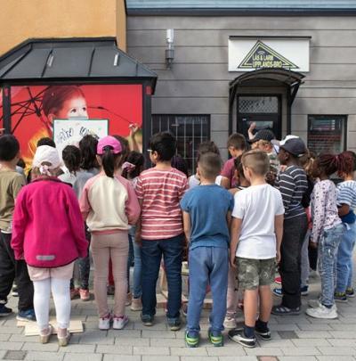 Konstprojektet har väckt nyfikenhet bland förbipasserande och i den barngrupper som tittat förbi.