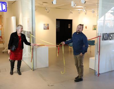 Andrée Wright, Kulturnämndens ordförande, invigningstalade och förklarade den andra upplagan av Vårsalongen för öppnad.