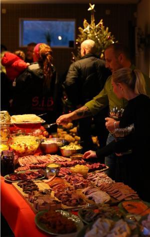 Martin Lexén med partner och anställda bjöd in Systerskap i Bro samt drygt 100 julbordsgäster att delta i ett mycket uppskattat julfirande.