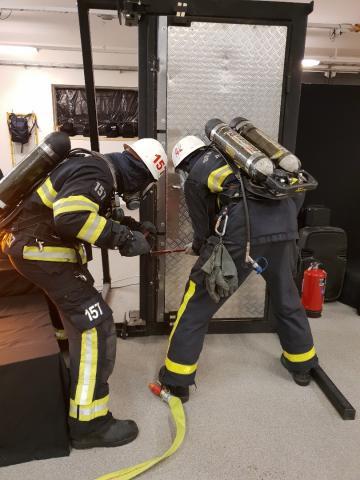 Brandlarmet går och brandmännen måste bryta upp en dörr! När musikteatern Larmet Går har föreställning så är det verklighetstrogna scenarior som spelas upp.
