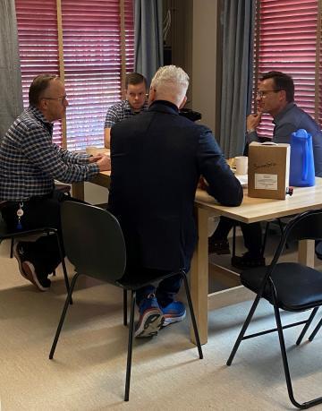 Örjan Josefsson driver butiken tillsammans med sonen Oskar och en växande personalgrupp. Han berättar för om sina erfarenheter och tankar kring hur han som företagare kan bidra till ett bättre samhälle. Ulf Kristersson och Fredrik Kjos (med ryggen hitåt) lyssnar engagerat.