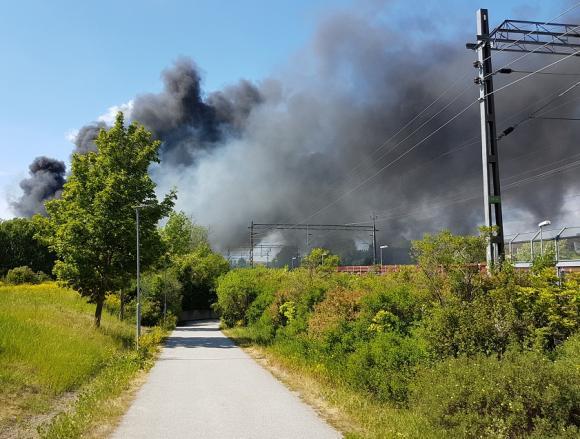 Brandröken sedd från gångvägen under järnvägen vid Stationsvägen.