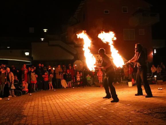 Gycklargruppen Trix bjöd på en mycket uppskattad eld- och ljusshow i Bro centrum.