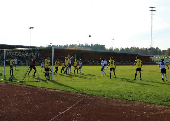 Bild från första kvalmatchen mellan KIF och Slätta, på Kungsängens IP. Matchen slutade 1-2 efter stor dominans av KIF i bollinnehav, men där Slätta var farliga i kontringar och snabba spelvändningar.