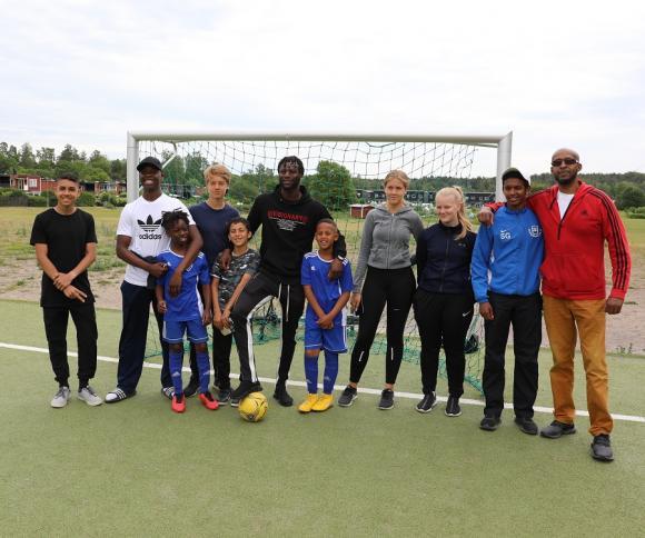 Delar av gänget! Joseph i mitten tillsammans med några av sommarjobbarna och de vuxna ledarna - och några av fotbollsskolans unga talanger.