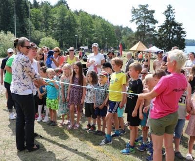 Bandklippningen hade två syften: att inviga naturreservatet och att agera startsignal för barnloppet.