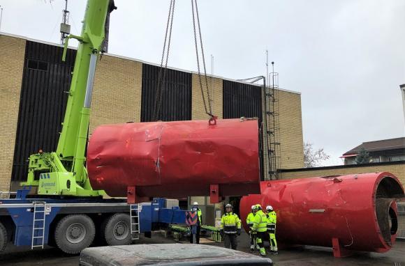 20 ton tunga och väldigt stora! Bortforslingen av värmepannorna är en utmaning!