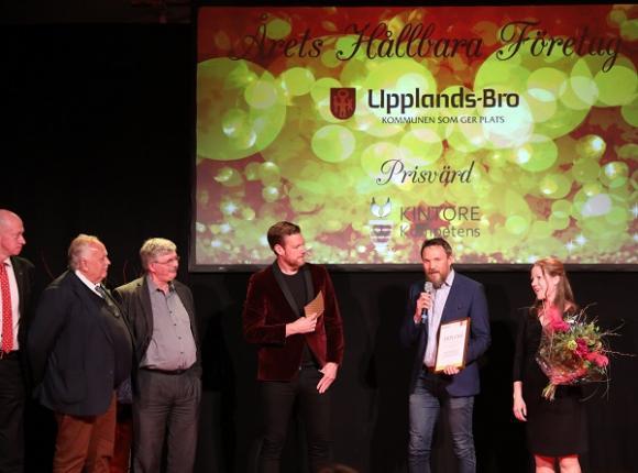 Prisutdelarna Rolf Dickson Könberg, Jan Stefanson, Martin Normark samt Kristoffer Appelquist tillsammans med Mats-Johan Rostmark, avdelningschef på Ragn-Sells Högbytorp, samt Linda Flyckt, miljöspecialist.
