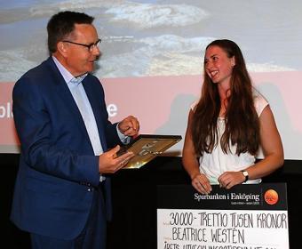 Sparbanken i Enköpings VDGöran Hedman uppvaktar 2016 års utvecklingsstipendiat Beatrice Westén med prischeck och plakett.