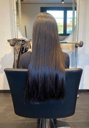Felicia har sparat ut sitt hår för att kunna skänka det till en organisation som skapar peruker till barn som av någon anledning tappat sitt hår. Inte sällan på grund av cancerbehandling.