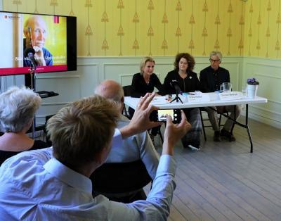 Åsa Regnér, Frida Nobel och Christer Neleryd. Överlämnandet av Socialstyrelsens utredning En nationell strategi för demenssjukdom gjordes på Kvistaberg i Bro. SVT var på plats för att föreviga det hela.