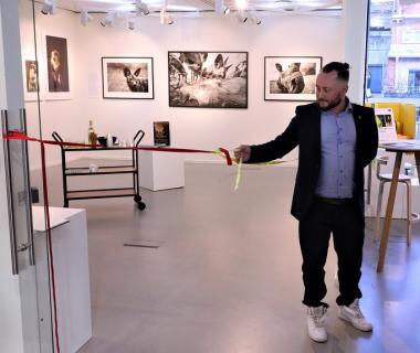 Kultur och fritidsnämndens ordförande Andrée Wright invigde utställningen.
