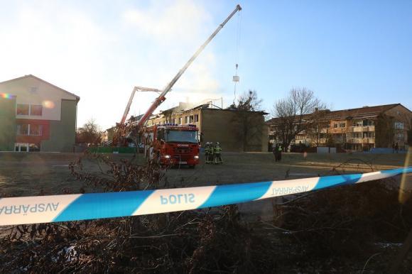 Vid 12-tiden började man lyfta bort den brandskadade delen av taket på Råbystigen, det över Råbystigen 13 och 15.