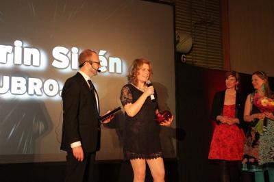 Karin Sidén, UBRO, vann pris för Årets Inspiratör. Damernas Företagsbyrås Jenny Herin och Lena Malmsten Bäverstam var prisutdelare.