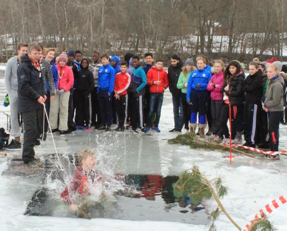 UBRO var även på plats ute på Hällkana när Broskolans sjuor och åttor badade isvak i februari 2015.