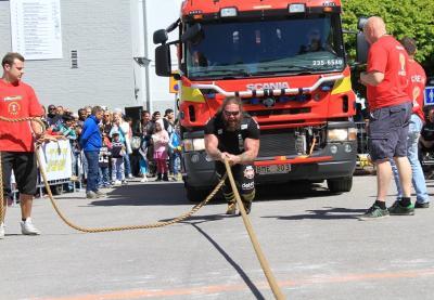 Det mest spektaktulära inslaget i starke-mantävlingen KungsPokalen var tveklöst brandbilsdragningen. 25 ton väger brandbilen!