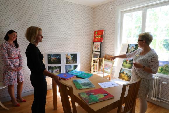 I ateljén berättade Siviasyster Annicka hur man arbetar med konst på olika sätt med deltagarna i dagverksamheten. Och att det inte är ovanligt att ett initialt motstånd mot att måla snabbt förbyts till ren målarglädje.
