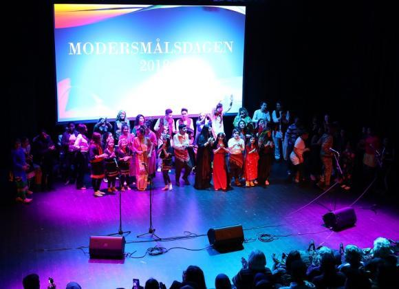 Modersmålsdagen uppmärksammades med en uppskattad mångkulturell föreställning i Kulturhuset. Modersmålselever från många av kommunens skolor deltog. Hela ensamblen samlad för att tacka publiken.