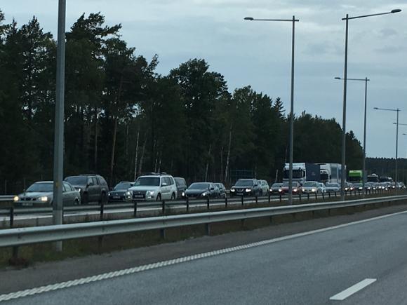 Tisdag morgon. E18 vid Brunna. I riktning mot Stockholm står det helt stilla på grund av räddningsarbetet efter ännu en morgonrusnings-olycka.