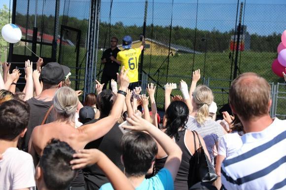 Pidde P spred go' energi och glädje. Publiken sjöng med på VM-låten.