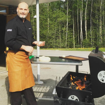 Här vankas det nygrillat! Emil Spanos grillar gärna barnens lunch när vädret så tillåter.