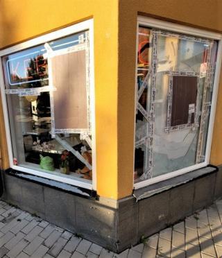 Det är ingen rolig syn som möter besökarna som kommer till Bro centrum. Tre av Brogrillens fönsterrutor är hjälpligt hoptejpade efter att någon utsatt restaurangen för skadegörelse två nätter i rad.