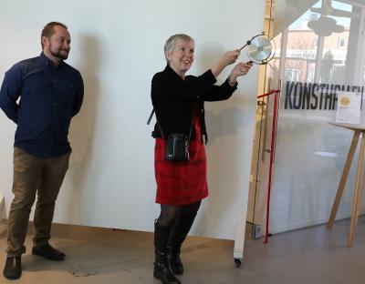 Med hjälp av klong i gong-gongen signalerade kulturintendent Anna Sjunnesson att det var dags att inviga 2017 års Vårsalong.