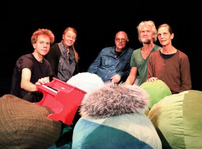 Delar av ensaemblen: Christian Farcher, musiker, Camilla Ed, scenograf, Sten Sandell, tonsättare, Måns Erlandsson, dansare och Ingrid Olterman, koreograf och regissör.<br />
