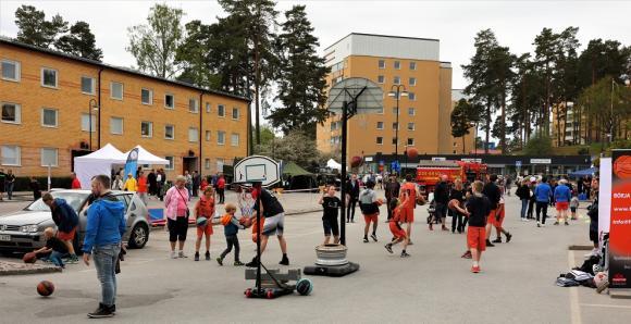 På Torgetparkeringen fanns flera av kommunens föreningar på plats och erbjöd Prova-på. FUBB Basket var en av föreningarna.