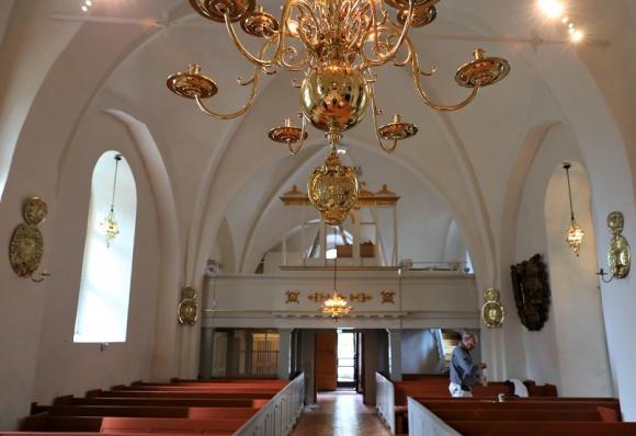 På söndag kommer biskopen och inviger Kungsängens kyrka.In i det sista pågår målningsarbetet. Samtidigt pågår förberedelserna inför invigningsmässan som kommer att innehålla en hel del körsång och musik.
