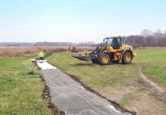 Arbetet med att anlägga grusade gångar har påbörjats vid Tibbleviken. Allt för att förbättra tillgängligheten.