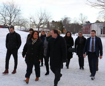 Camilla Janson, kommunstyrelsens ordförande i Upplands-Bro, och statsminister Stefan Löfvén passade på att byta några ord med varandra under den korta promenaden mellan Finnstaskolan och Brohuset.