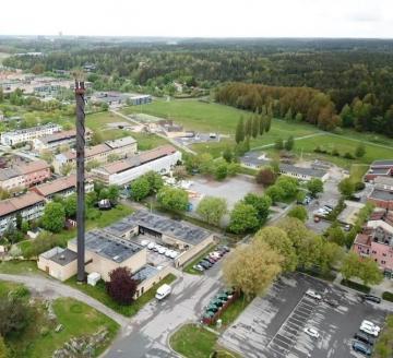 Drönarbild över Bro centrum där skorstenen stått som ett landmärke i många, många år. Värmeanläggningen byggdes på 1960-talet.